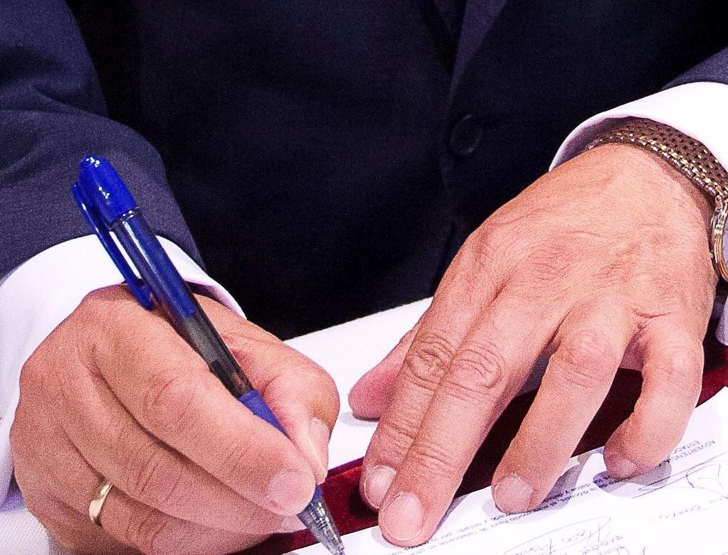 foto manos firmando documento