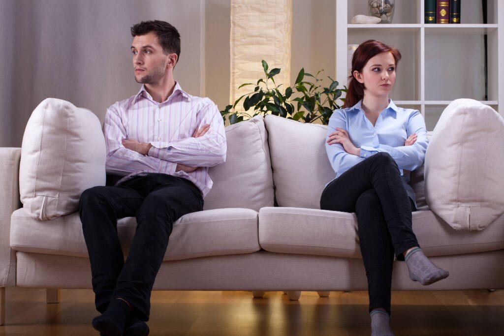 foto hombre y mujer sentados sofa