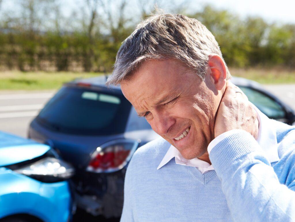 foto hombre dolorido y choque coches