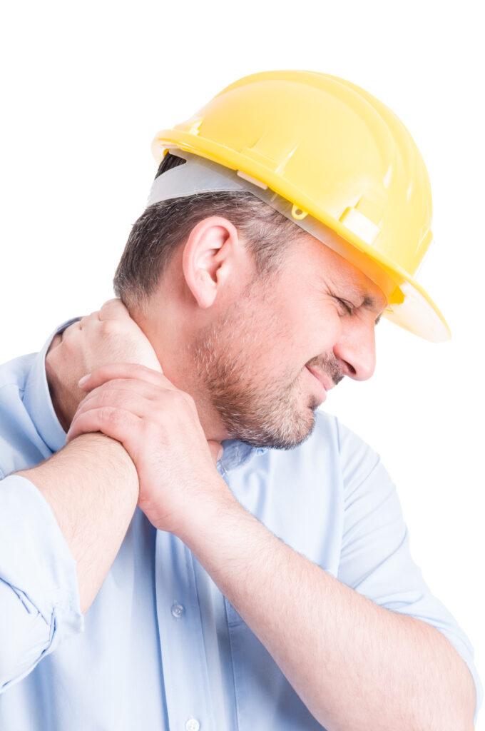 foto hombre dolorido con casco obra