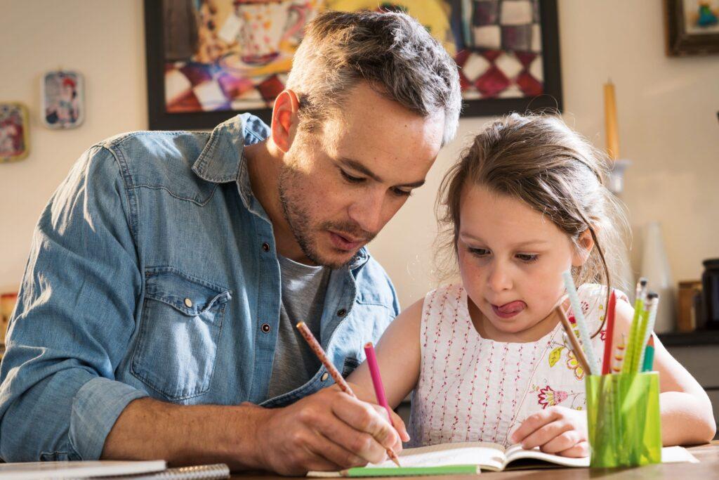 padre e hija haciendo deberes