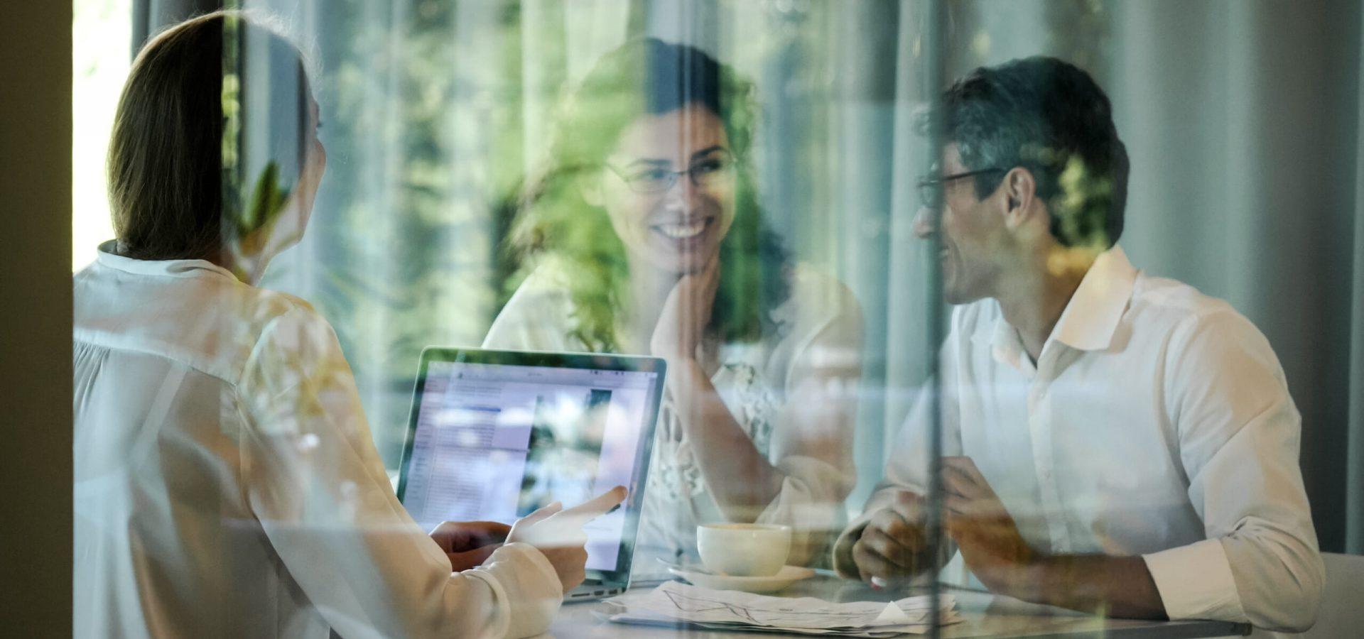 abogada conversando con clientes